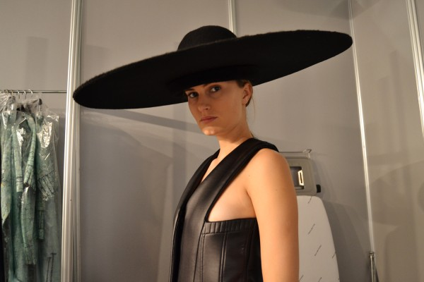 mercedes-benz-fashion-week-madrid-otono-inivierno-2014-2015-fitting-modelos-backstage-maquillaje_(6)
